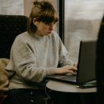 Joven estudiante con ordenador