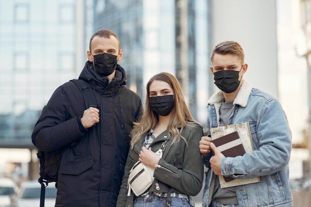 Jóvenes estudiantes con mascarillas
