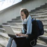 Joven estudiante con portátil