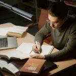 Muchacho estudiando
