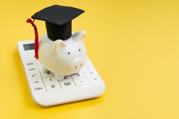Calculadora y cerdito hucha con gorro de graduación